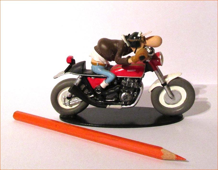 Edouard Bracame sur sa Honda CB750 (Hachette) - Côté droit.