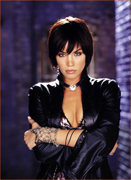 Ashley Scott alias Helena Kyle Huntress.
