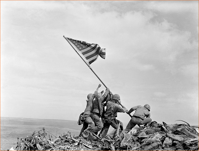 Raising the flag on Iwo Jima de Joe Rosenthal.
