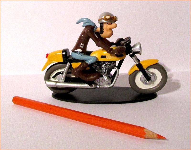 Ted Debielle sur sa Ducati 350 Desmo (Hachette) - Côté droit.