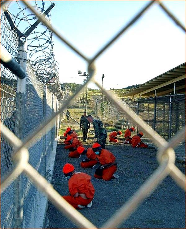 Detainees in Guantanamo Bay de Shane T. McCoy