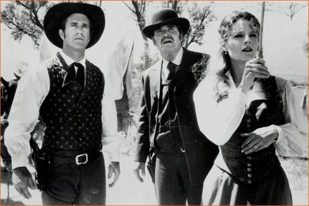 Photographie du tournage Maverick de Richard Donner (1994) avec Mel Gibson, James Garner, et Jodie Foster.
