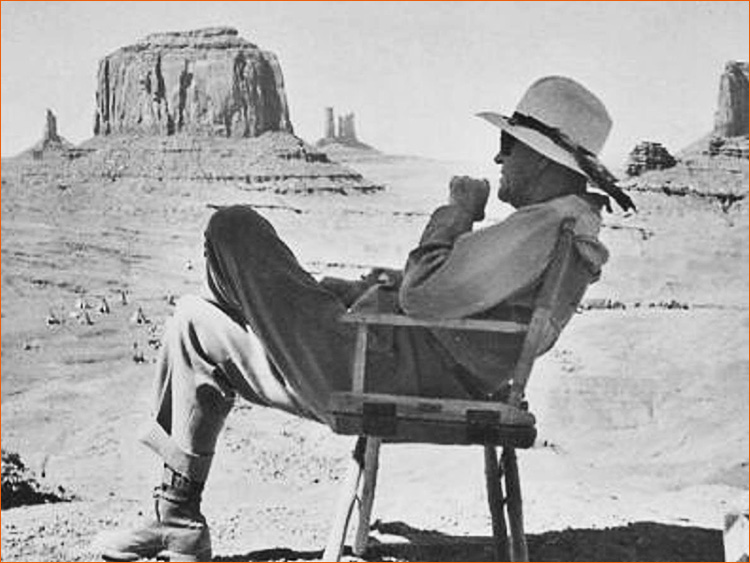 Photographie de John Ford à Monument Valley sur le tournage de La prisonnière du désert (1955).