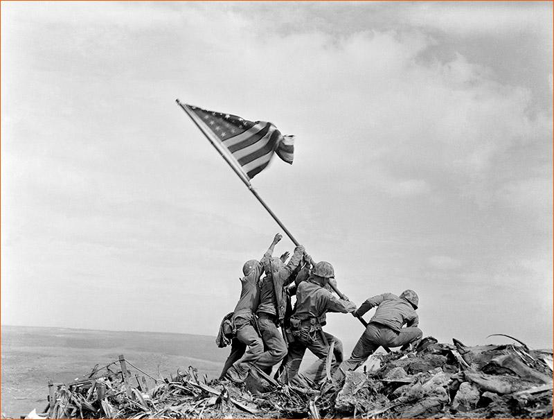 Raising the flag on Iwo Jima de Joe Rosenthal.