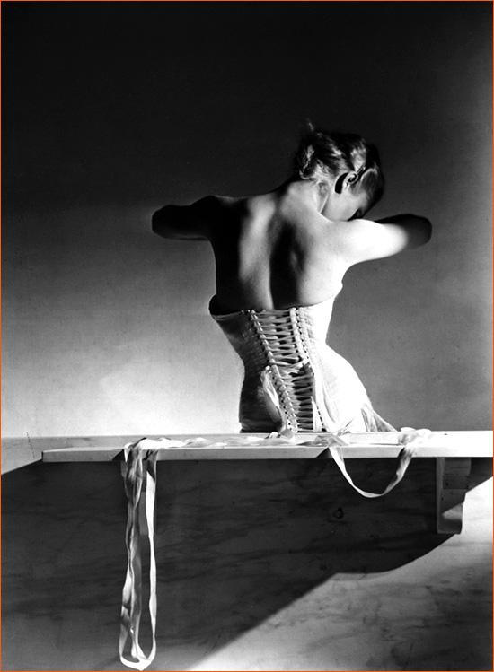 Mainbocher Corset de Horst P. Horst pour Vogue.